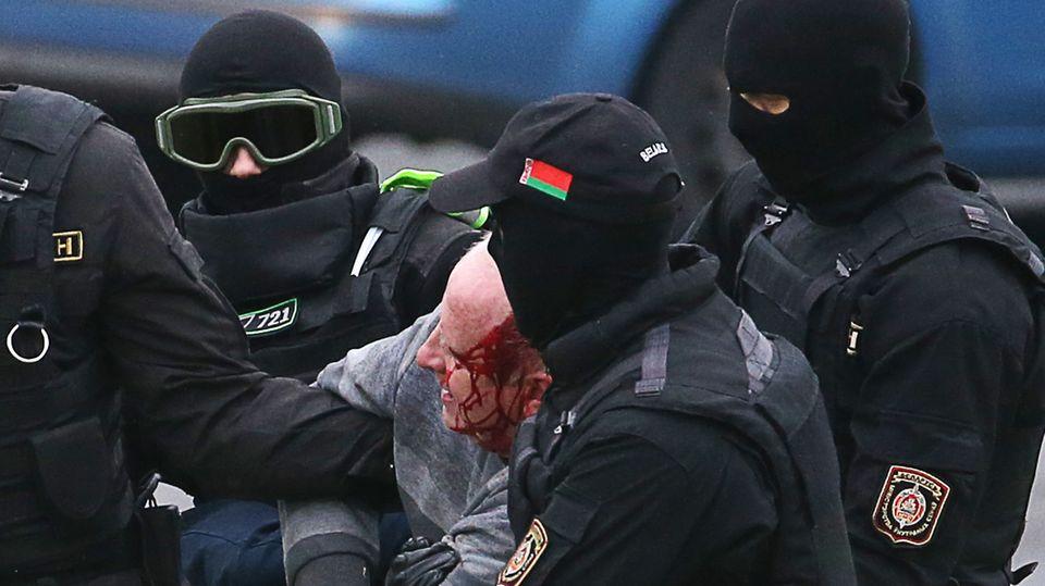 Minsk, Belarus: Vermummte Einsatzkräfte führen einen Demonstranten ab