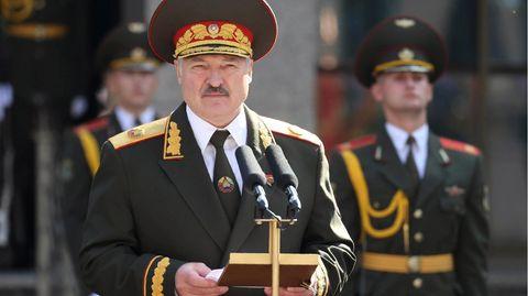 Belarus, Minsk: Alexander Lukaschenko präsentiert sich in Uniform