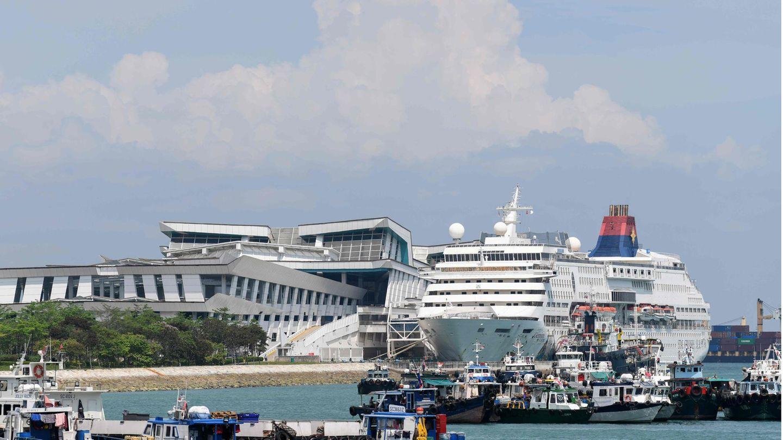 Ein Schiff liegt am Kreuzfahrtterminal des Stadtstaates Singapur