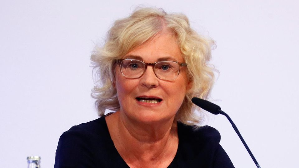 Christine Lambrecht (SPD) vor einem Mikrofon