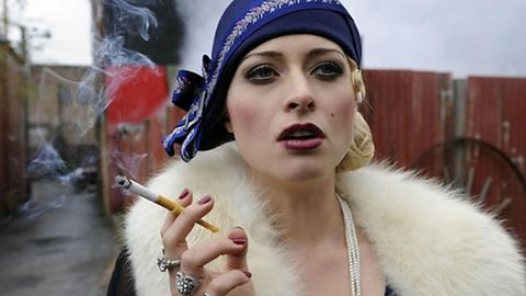 In der TV Serie Underbelly Razor spielt Chelsie Preston Crayford Gangsterkönigin Tilly Devine.
