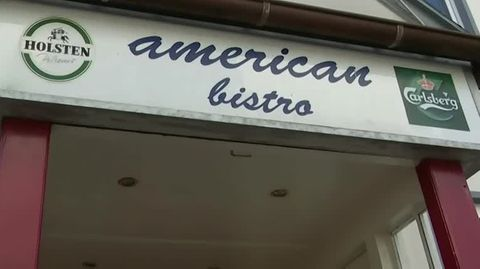 """Auf einem Eingangsportal steht in Schreibschrift """"American Bistro"""""""