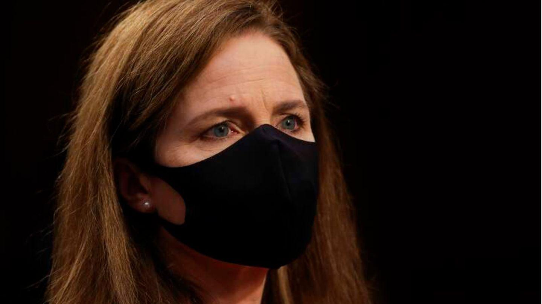 Juristin Amy Coney Barrett trägt eine schwarze Schutzmaske.