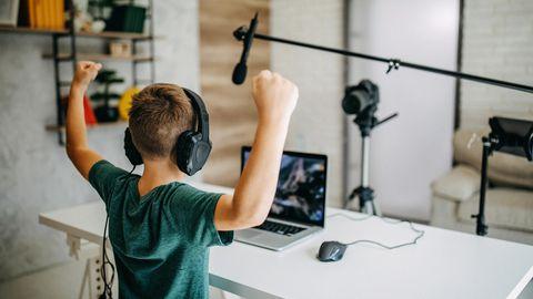 Ein Junge macht einen Blog