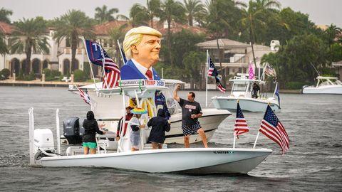 Trump-Supporter auf einem Boot