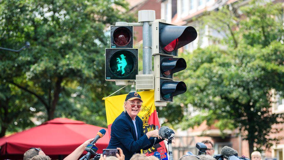 Otto enthüllt in Emden eine Ampel mit seinem Konterfei