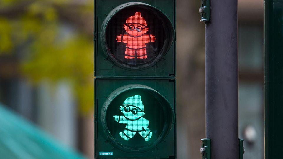Mainzelmännchen Det in Grün und Rot an einer Ampel in Mainz