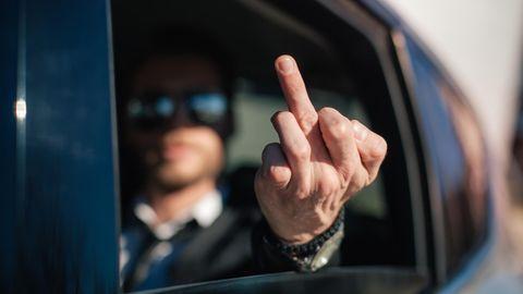Ein Mann zeigt einen ausgestreckten Mittelfinger