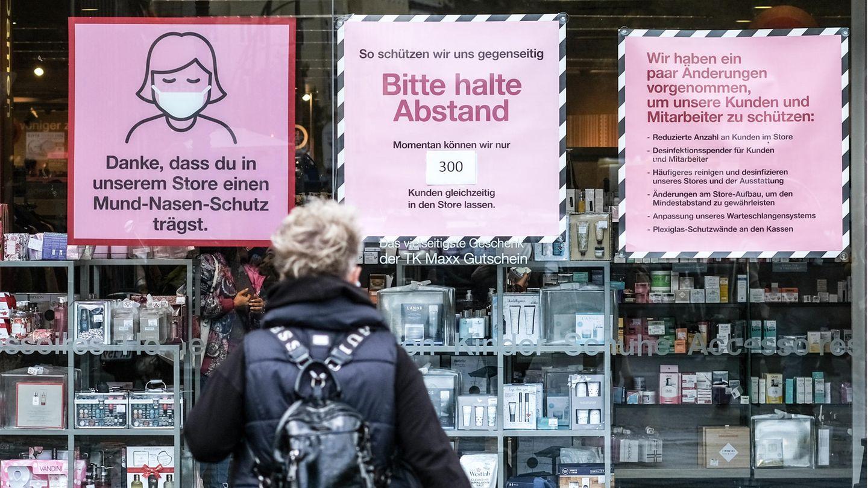 """""""Danke, dass du in unserem Store einen Mund-Nasen-Schutz trägst"""", steht am Schaufenster eines Geschäfts"""