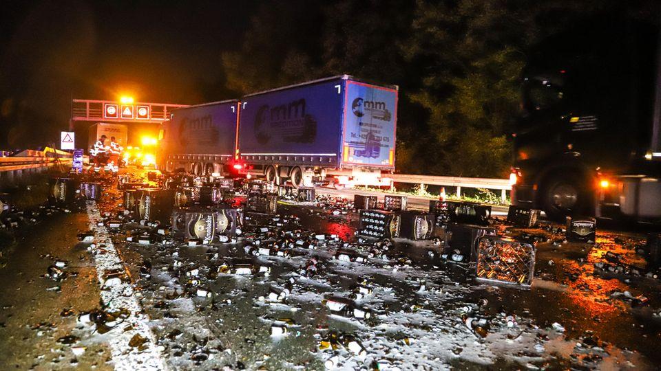 Ein Lastwagen hat kurz vor der Anschlussstelle Hagen-Süd Bierkästen verloren