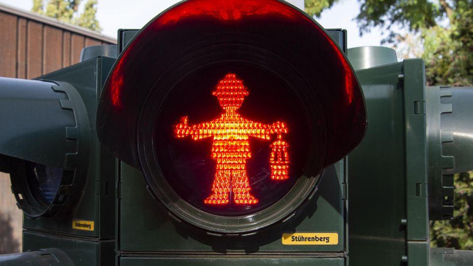 Rote Ampel in Duiburg: Ein Bergmann wacht über den Verkehr