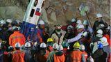 Rettungsteams freuen sich über die Rettung eines Kumpels aus der Mine San José in der Atacama-Wüste