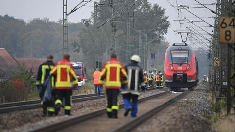 Rettungskräfte sind an der Unfallstelle im Einsatz.