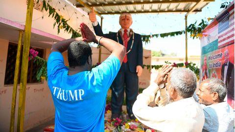 Bussa Krishna Raju kniet vor Trump-Statue
