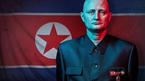 Ulrich Larsen vor einer Flagge von Nordkorea