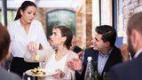 """Der Gast kann jederzeit ein neues Gericht bestellen. Die Frage ist dann nur, ob er das zuvor gewünschte Essen bezahlen muss oder nicht. Sofern das Essen nicht den Angaben in der Karte entspricht, darf man das Bestellte zurückgehen lassen und etwas anderes verlangen. Schmeckt einem das gewünschte Essen und Getränk nicht – ohne, dass es dafür einen objektiven Grund gibt (zum Beispiel """"versalzenes""""Essen) – ist das kein Grund zur Reklamation. Über Geschmack lässt sich bekanntlich nicht streiten."""