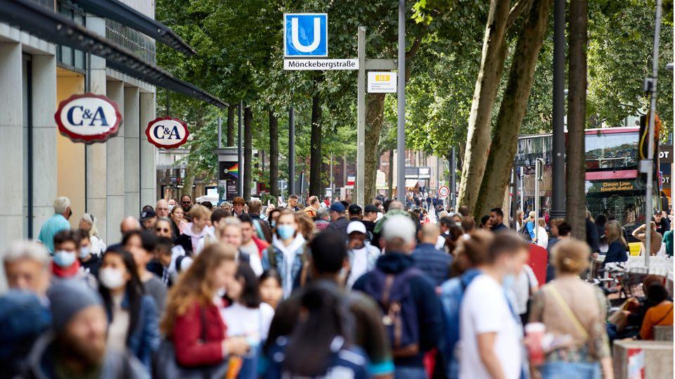 Menschen gehen die Einkaufsstraße Mönckebergstrasse in Hamburg entlang