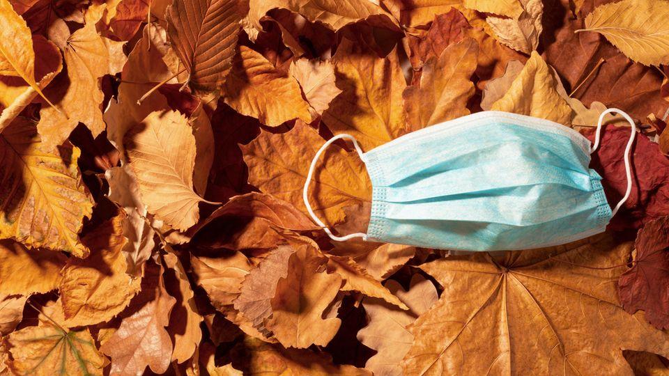 Eine Atemmaske auf einem Blätterhaufen