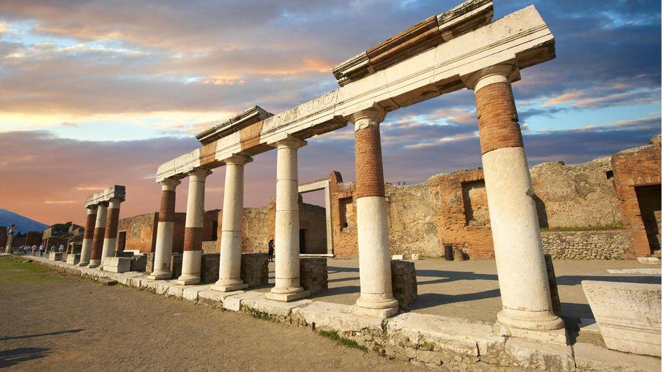 Römische Säulen am Gebäude des Eumachia, Pompeji