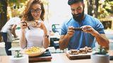 Der Wirt hat das Hausrecht. Er darf darüber entscheiden, was in seinem Restaurant erlaubt ist und was nicht. In der Regel wird ein Gastwirt kein Problem damit haben, wenn der Gast das Essen fotografiert – zumindest für den privaten Gebrauch. Anders kann das aussehen, wenn solch ein Bild auf sozialen Netzwerken veröffentlicht werden soll.