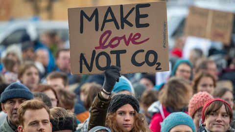 "Fridays For Future-Aktivisten protestieren mit Schild ""Make love not Co2""."
