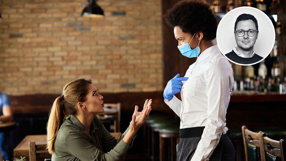 Zwei Frauen streiten sich. Nur eine trägt eine Maske