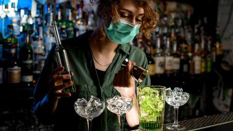Schutz vor Corona-Ansteckung: Das Leben verlagert sich nach drinnen und die Infektionsgefahr steigt – das sollten Sie jetzt beachten