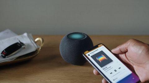 Der Homepod Mini ist in Schwarz und Weiß erhältlich