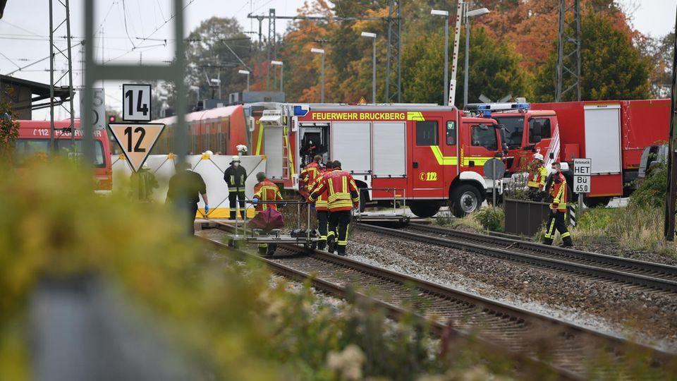 Rettungskräfte sind an der Unfallstelle im Einsatz