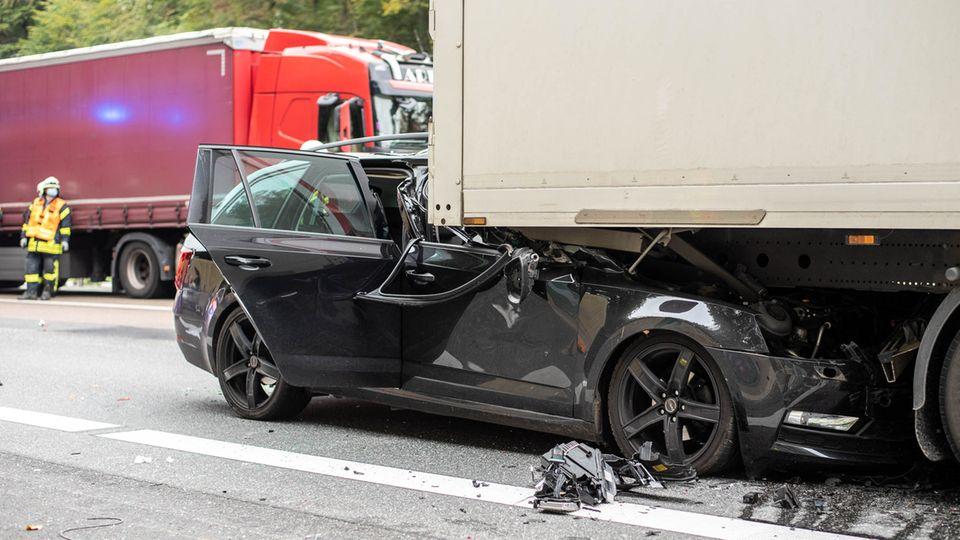 Nachdem Umweltaktivisten die Autobahn 3 bei Idstein blockiert hatten, ist ein Auto auf den Lastwagen am Stauende aufgefahren