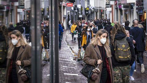 Menschen in einer Fußgängerzone in Amsterdam