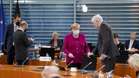 Kanzlerin Angela Merkel am Mittwoch mit Kollegen beim Kabinettstreffen. Rechts im Bild: Innenminister Horst Seehofer.