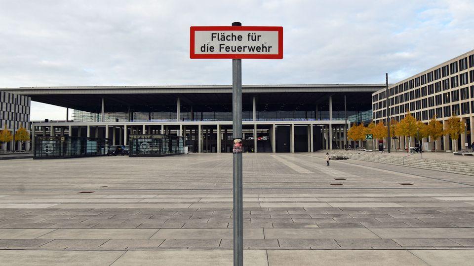 Bild 1 von 22der Fotostrecke zum Klicken  Inwischen wächst dort kein Unkraut mehr: Der fast menschenleereWilly-Brandt-Platz vor dem Flughafengebäude Mitte Oktober.