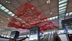 """Diesen Blick hat jeder Fluggast, der sich zur Abflugebene im Hauptterminal begibt: Unter der Decke schwebt seit acht Jahren """"The Magic Carpet"""", ein jetzt entstaubtes Kunstwerkder kalifornischen Künstlerin Pae White."""