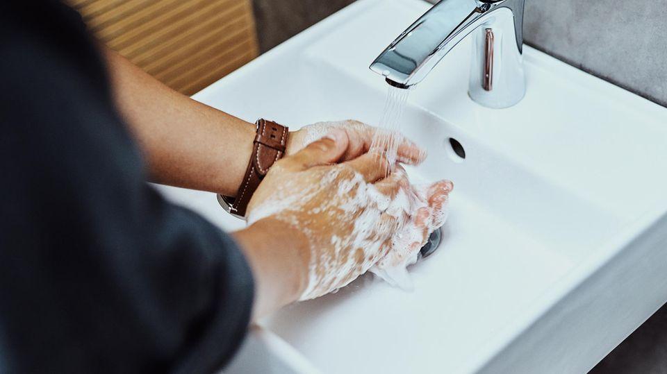 Coronavirus: Ein Mann wäscht sich die Hände
