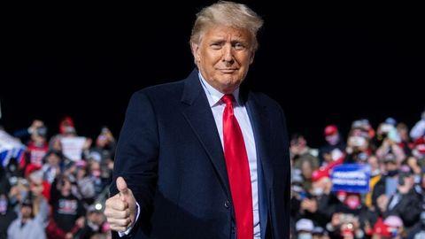 """Präsident Trump zeigt """"Daumen hoch"""" bei seinem Wahlkampfauftritt in Pennsylvania."""