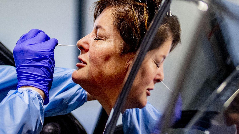 Coronavirus: Medizinisches Personal nimmt einen Abstrich für einen Test
