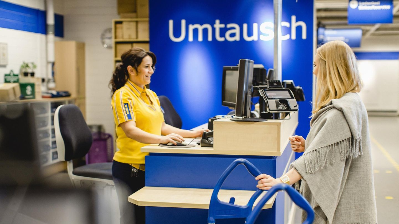Eine Ikea-Mitarbeiterin und eine Kundin am Umtausch-Schalter