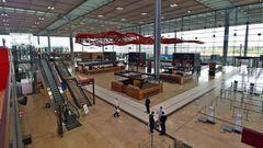 Die 32 Meter hohe Haupthalle mitviel Tageslicht und acht Check-in-Inseln mit insgesamt 118 Schaltern. Zwei weitere Check-in-Inseln befinden sichim Pavillon Nord undSüd.