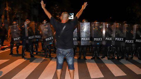 Demonstrant stellt sich den Sicherheitskräften entgegen