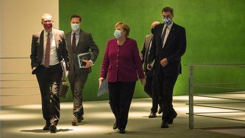 Bundeskanzlerin Angela Merkel kommt mit Markus Söder und Michael Müller vom Corona-Gipfeltreffen in Berlin