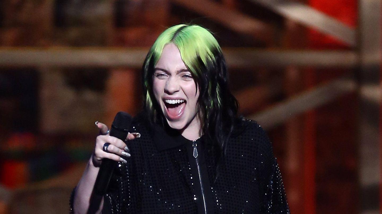 Billie Eilish streckt die Zunge heraus
