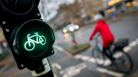 ADAC testet Radwege: Radfahrerin fährt bei grüner Ampel über eine Straße