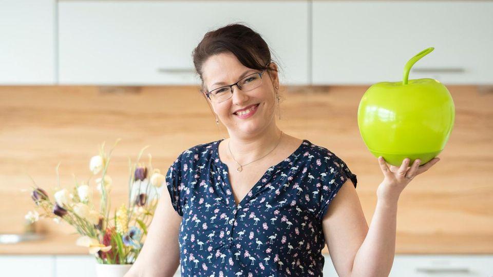 In ihrer Lehrküche berät Nicole Lins Kinder und Erwachsene – und verführt sie zu einer gesünderen Ernährung.
