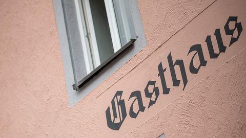 Schriftzug Gasthaus an einer Häuserwand