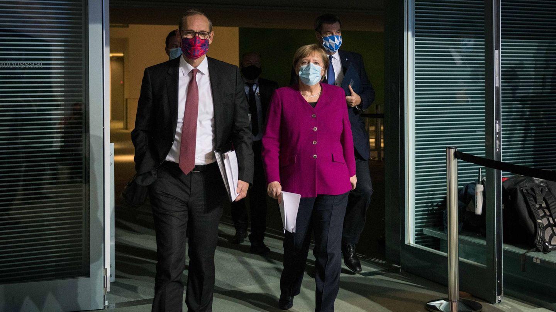 Bundeskanzlerin Angela Merkel (2.v.r) kommt mit Markus Söder (r.)und Michael Müller (vorne)zu einer Pressekonferenz