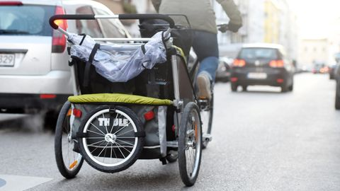 Nachrichten aus Deutschland: Frau mit Fahrradanhänger in München