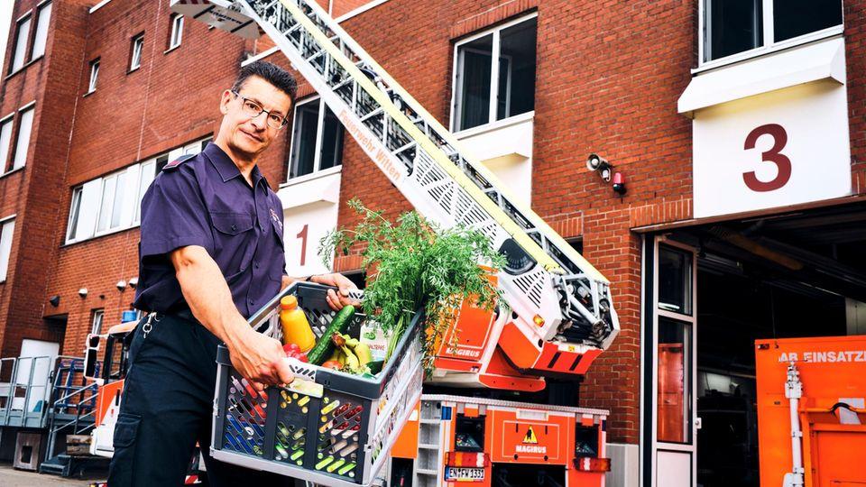 Dirk Christmann ist Feuerwehrmann und arbeitet im Schichtdienst. Durch das Intervallfasten hat er fünf Kilo abgenommen.