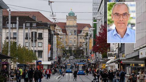 Passanten gehen durch die Innenstadt von Kassel.