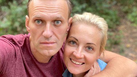 Alexej Nawalny mit seiner Frauan einem unbekannten Ort in Deutschland. Nawalny wurde am 23. September aus dem Berliner Krankenhaus Charité entlassen.